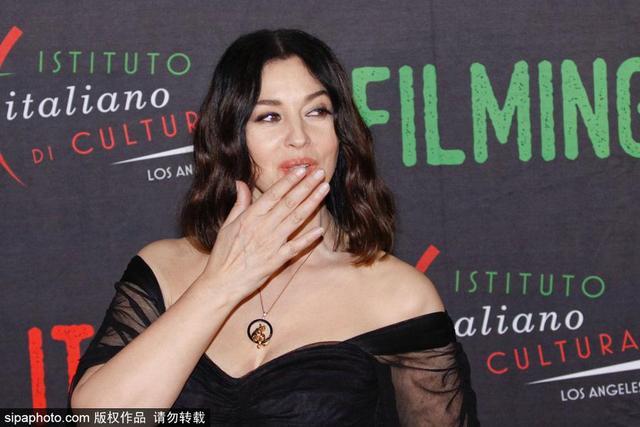 当地时间2018年1月31日,美国洛杉矶,意甲教母莫妮卡-贝鲁奇(Monica Bellucci)洛杉矶出席活动,抹胸装尽显丰满身姿。