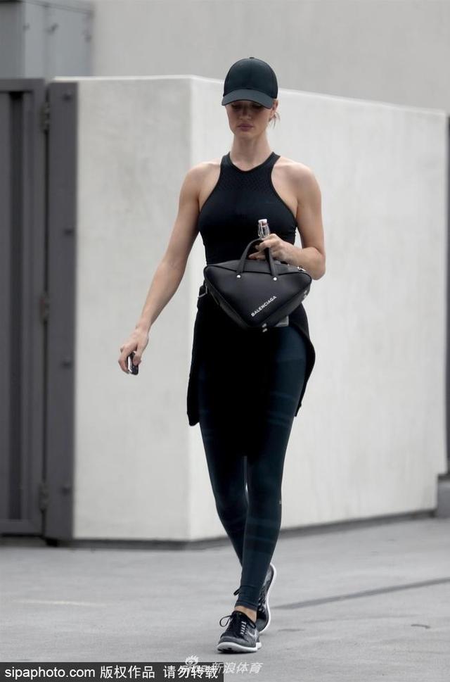 2018年6月1日消息,美国洛杉矶,罗茜·汉丁顿-惠特莉(Rosie Huntington-Whiteley)黑色运动装前往健身房运动,好身材一览无遗。