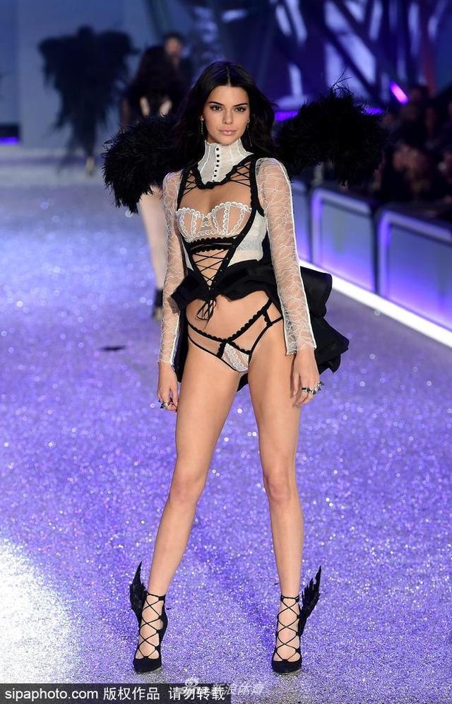 当地时间2018-10-21,法国巴黎,2016维多利亚的隐秘内衣大秀,肯达尔·詹娜(Kendall Jenner)黑红配香艳性感。