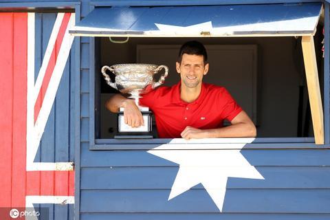 德约科维奇拍摄澳网冠军写真