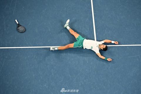 德约科维奇躺地庆祝第九次澳网夺冠