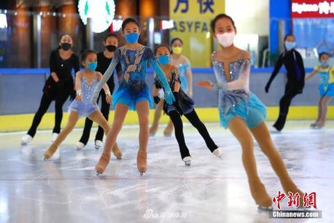 花滑小选手戴口罩重返冰场