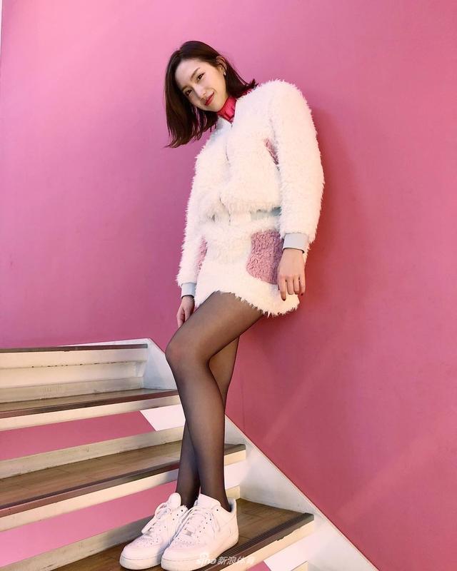 日本美女中岛亚莉沙是位模特,笑容甜美身材姣好.