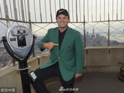瑞德身穿绿夹克亮相帝国大厦