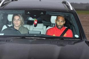 曼联将帅秀豪车 还有俩女司机
