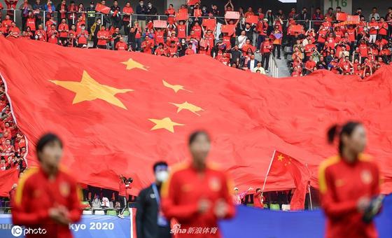 上万球迷高唱国歌为女足打气撑腰 中国红见证晋级之夜