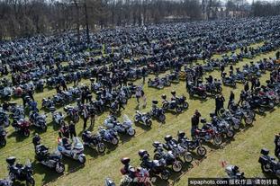 成千上万摩托车手跪地祷告