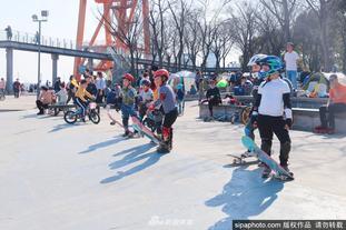 青少年健身耍宝感受滑板乐趣