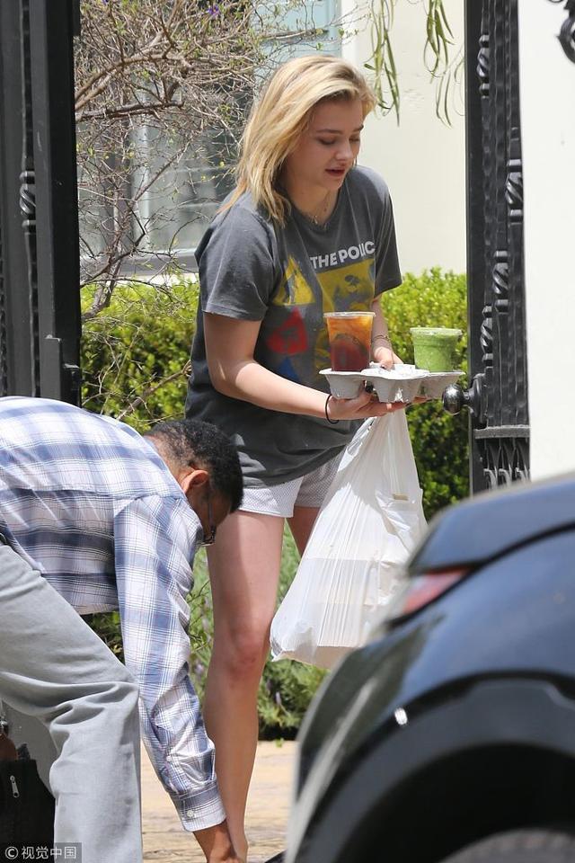 2018年4月5日,美国,布鲁克林女友莫瑞兹宅家叫外卖,门口取餐超短居家裤显细白美腿。