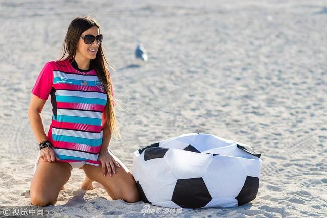 足球宝贝克劳迪娅狂放写真为球队打call,造型硬凹土味满分。