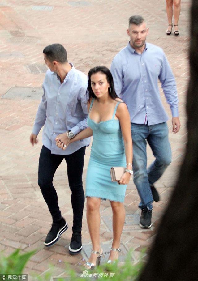 当地时间2018年5月30日,西班牙马拉加,C罗与女友外出就餐,乔治娜低胸装总裁目不转睛。
