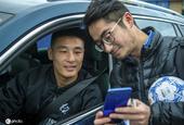 武磊训练结束离开时偶遇球迷 耐心为其签名合影