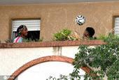 法国尼斯两居民在阳台上玩足球
