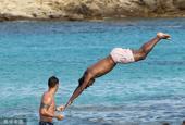 阿拉巴和女友海边度假 跳水玩球放飞自我