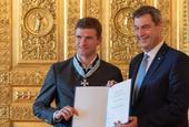 托马斯-穆勒被授予巴伐利亚功勋勋章 州长索德为其授奖
