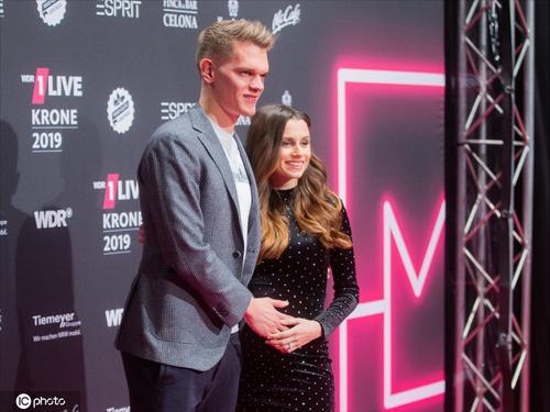金特尔携孕妻出席颁奖礼