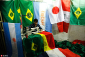 孟加拉国工人加紧生产世界杯周边