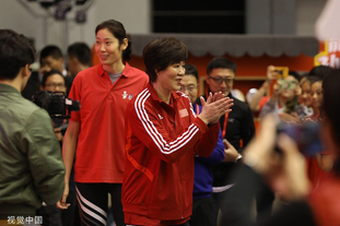 郎平携朱婷参加排球训练营活动