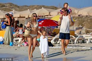 罗斯伯格与家人海滩游玩