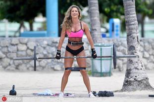 健身教练詹尼佛海边展身手