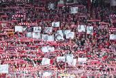 柏林联球迷带已逝亲友照片首次征战德甲