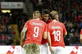 欧预赛瑞士日内瓦球场草皮秃了