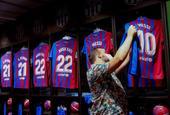 梅西與巴塞羅那合約到期 球迷駐足商店梅西球衣面前依依不舍