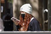 夏奇拉現身巴塞羅那街邊 邊走邊玩手機