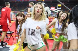 拉拉队美女热舞助阵男篮世界杯