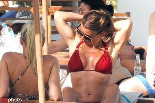 鲁尼爱妻西班牙度假