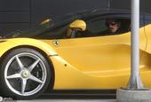伊布开车外出 黄色法拉利闪耀整个街头