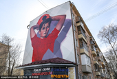 外国艺术家街头作画宣传世界杯