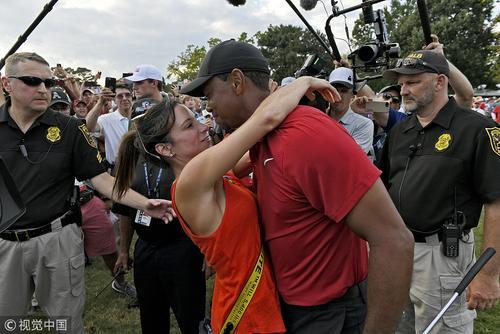 伍兹与女友艾丽卡赫尔曼甜蜜时刻