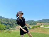 少女时代秀英晒打高尔夫美图