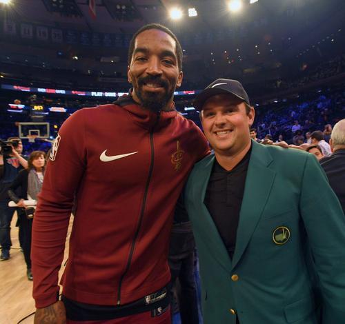 美国大师赛冠军瑞德身穿绿夹克观战NBA