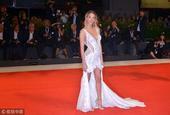 莫拉塔女友出席威尼斯电影节 长裙飘飘仙气十足