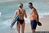 舍普琴科一家海边度假 退役多年身材不输现役球员