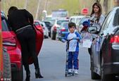 安东内拉携儿子们上街 蒂亚戈玩滑板车自得其乐