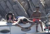 C罗赤膊趴甲板上玩手机获女友骑身按摩