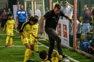 马特乌斯同印度小球员斗法