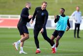 英格兰训练快乐足球依旧