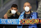 意大利疫情肆虐拦不住看球 球迷戴口罩现场看欧冠