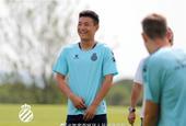 武磊备战西甲新赛季 脸上笑容灿烂