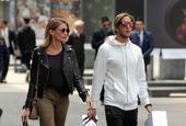 米兰名宿安布罗西尼携妻子逛街