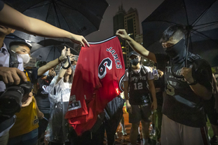 香港示威者焚烧詹皇球衣