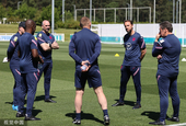 英格兰队训练备战 斯特林亮腹肌