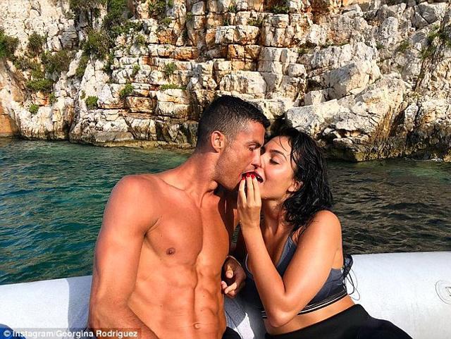 C罗结束了世界杯之旅后,带着女友和长子前往希腊度假,其乐融融。
