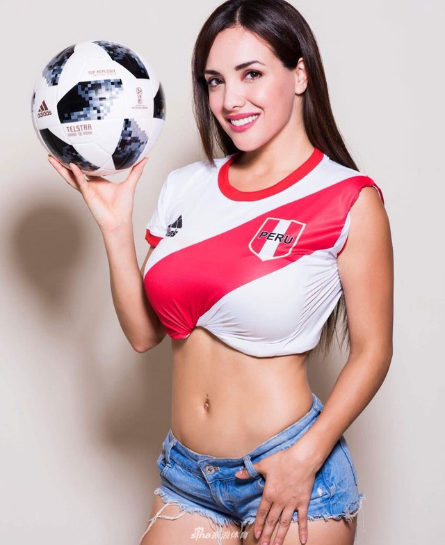 来自秘鲁的名模罗桑吉拉-埃斯皮诺萨拍摄球衣写真为自己的母队秘鲁和世界杯加油助威;秘鲁队本届世界杯成绩虽然不尽如人意,但是秘鲁的姑娘绝对不逊于其他国家,来看看这位名模小姐姐的写真: