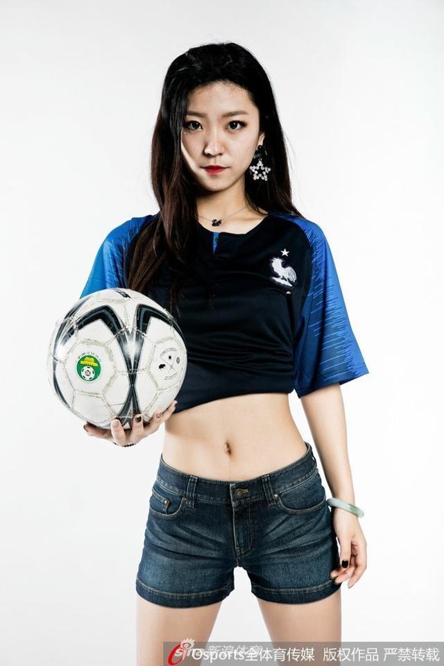 2018年7月4日,PG-24足球宝贝拍摄写真,秀一字马助力高卢雄鸡。