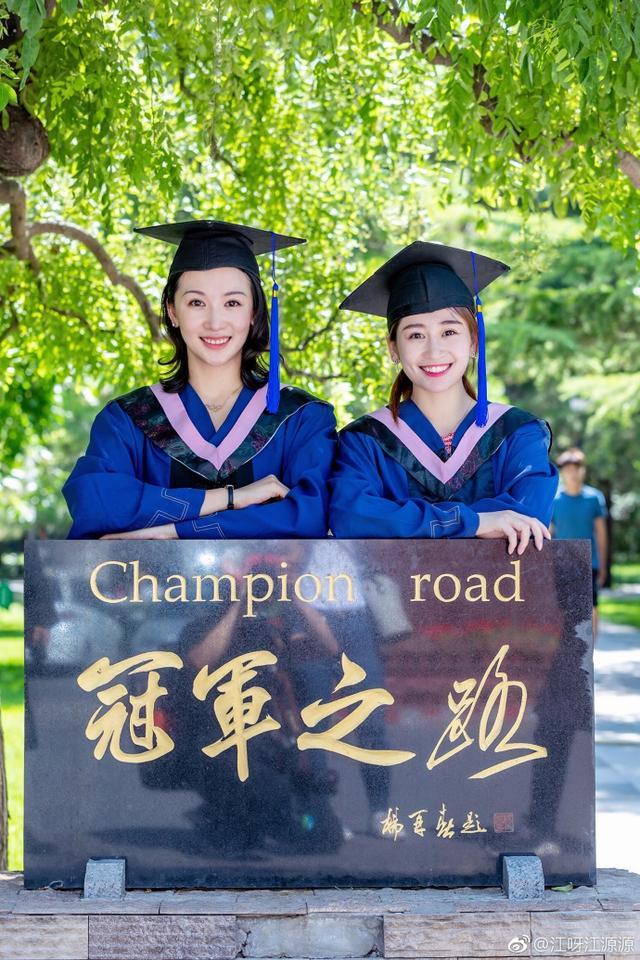 十年前在《掀起你的盖头来》的配乐中,江钰源和中国体操女队的小伙伴们一同拿下了北京奥运会体操女子团体的冠军,那是中国体操女队迄今为止唯一一次获得奥运会的团体金牌。如今,27岁的江钰源正式从北京体育大学毕业了,拿到了硕士学位。